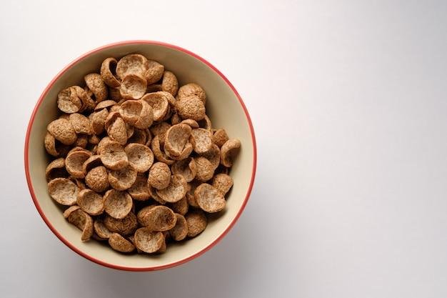 Petit-déjeuner de céréales saveur de cacao dans un bol sur fond de bois avec copie espace