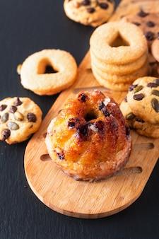 Petit-déjeuner ou collation européen gugelhupf, kougelhopf, levure de kouglof gâteau d'anneau bundt avec des biscuits sur fond noir
