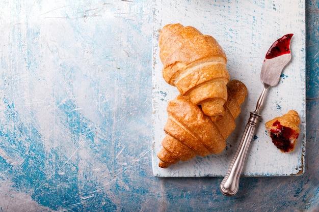 Petit déjeuner continental avec des croissants frais