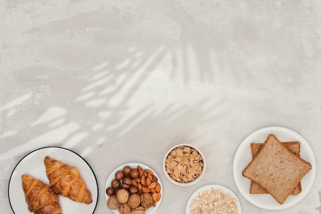 Petit déjeuner continental - pain grillé, croissants, mélange de noix, lait