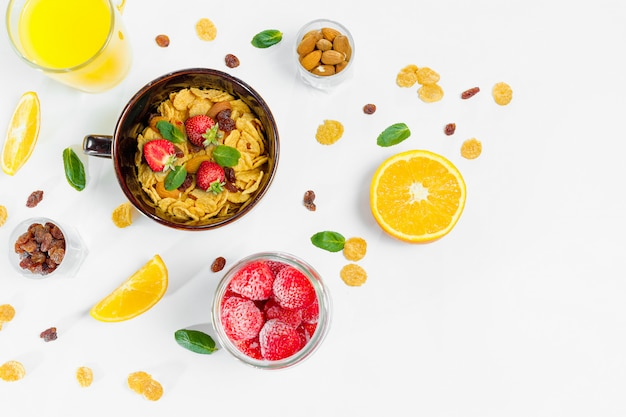 Petit déjeuner de corn flakes et fruits