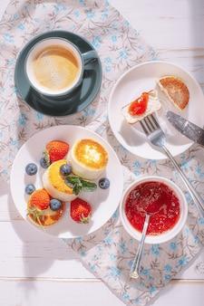 Petit déjeuner avec crêpes au lait caillé