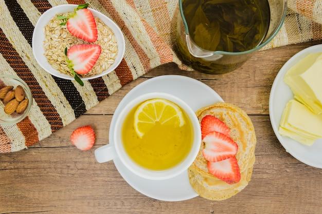 Petit déjeuner avec des crêpes et des fraises