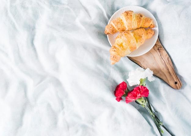 Petit déjeuner avec croissant et fleurs