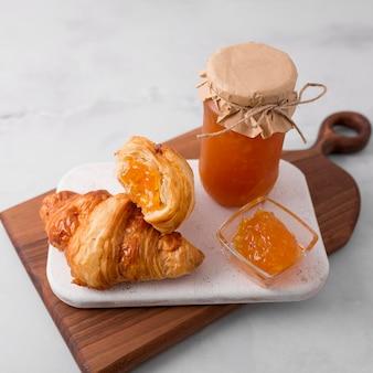 Petit-déjeuner croissant français et confiture vue haute