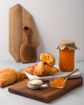 Petit-déjeuner croissant français et vue de face de la confiture
