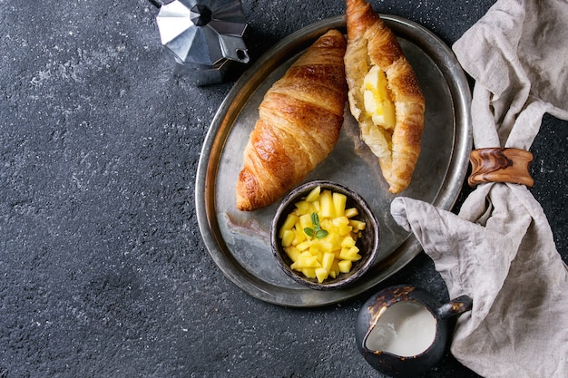 Petit déjeuner avec croissant et mangue