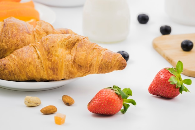Petit déjeuner avec des croissants et des fruits