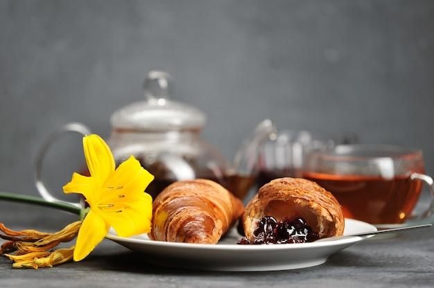 Petit-déjeuner avec croissants thé, croissants, lily on