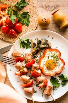 Petit déjeuner cuisiné - œufs brouillés, saucisses et poivrons