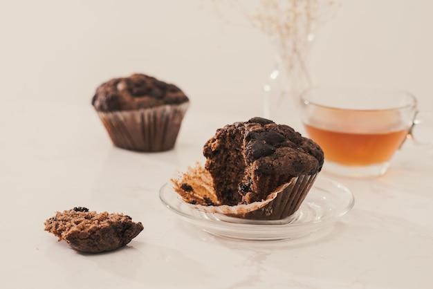 Petit-déjeuner avec de délicieux muffins et du thé faits maison.