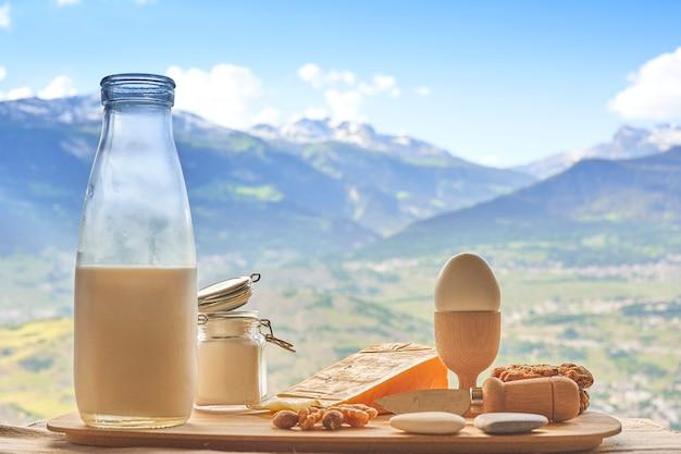 Petit déjeuner devant les alpes suisses