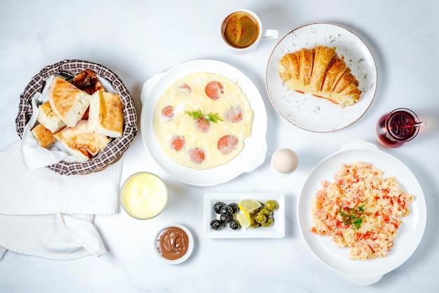 Petit déjeuner avec divers aliments, vue de dessus
