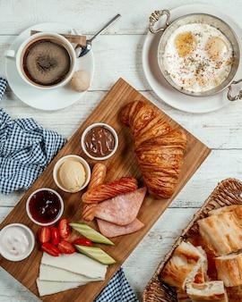 Petit-déjeuner avec divers aliments