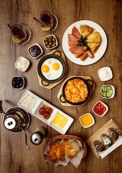 Petit déjeuner avec divers aliments