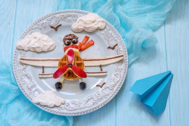 Petit déjeuner drôle d'avion pour les enfants