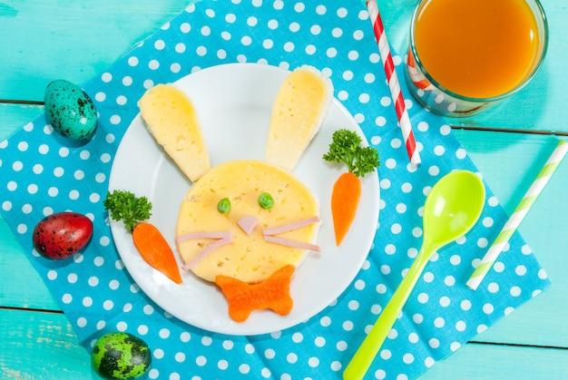 Petit-déjeuner drôle pour enfants à pâques
