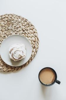 Petit-déjeuner du matin avec café et dessert sur table blanche