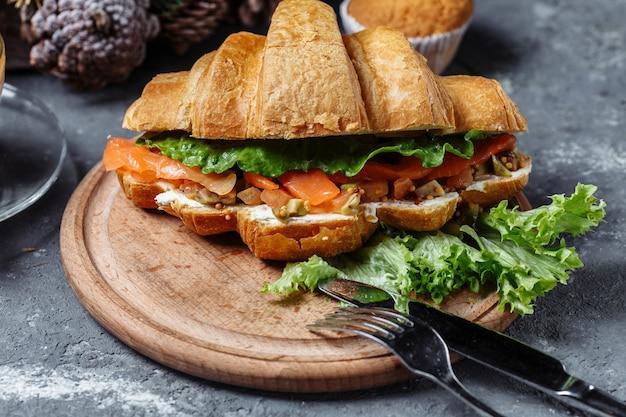 Petit-déjeuner du nouvel an avec des croissants. croissant du nouvel an au poisson rouge et avocat. concept de nouvel an et de noël.