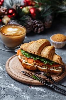 Petit-déjeuner du nouvel an avec des croissants. croissant du nouvel an au poisson rouge et avocat
