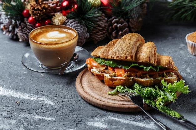 Petit-déjeuner du nouvel an avec des croissants.