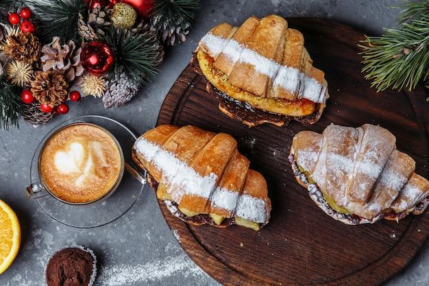 Petit-déjeuner du nouvel an avec des croissants