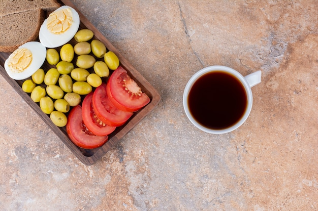 Petit déjeuner avec du pain et une tasse de thé
