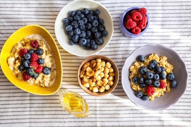 Petit-déjeuner des écoliersdélicieuse bouillie avec des baies et du sirop pour une bonne nutritionvégétarien