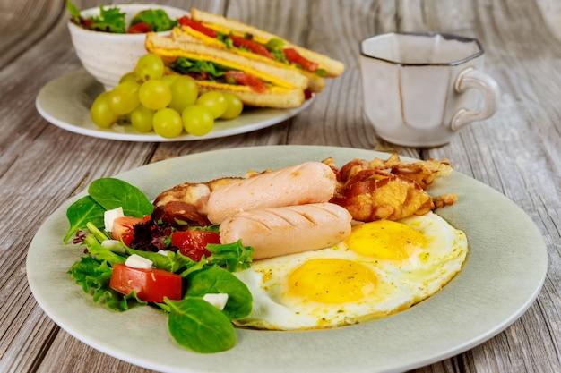 Petit déjeuner équilibré avec sandwiches, raisins et tasse de café.