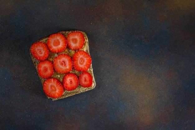 Petit déjeuner d'été traditionnel américain et européen: sandwichs de pain grillé au beurre d'arachide, copie vue de dessus