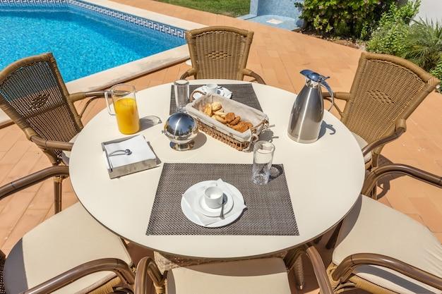 Petit-déjeuner à l'extérieur au bord de la piscine, pour les touristes de l'hôtel.