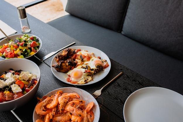 Petit-déjeuner à l'extérieur petit-déjeuner avec œufs et viande petit-déjeuner à l'extérieur en été petit-déjeuner d'été sur