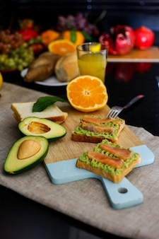 Petit-déjeuner fait maison avec du pain à l'avocat et des fruits