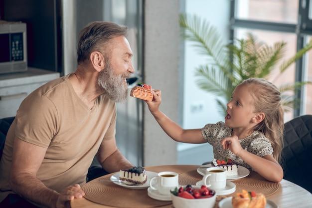 Petit déjeuner en famille. papa et sa fille prenant le petit déjeuner ensemble à la maison