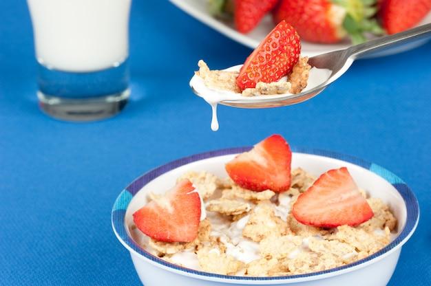 Petit déjeuner avec des flocons et des fraises