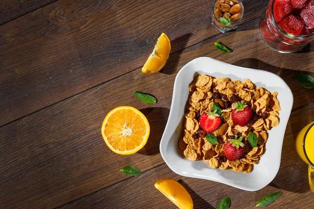 Petit-déjeuner de flocons de maïs et de fruits