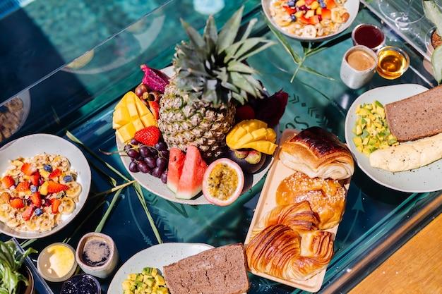 Petit-déjeuner flottant dans une incroyable villa d'hôtel dans la piscine bleue