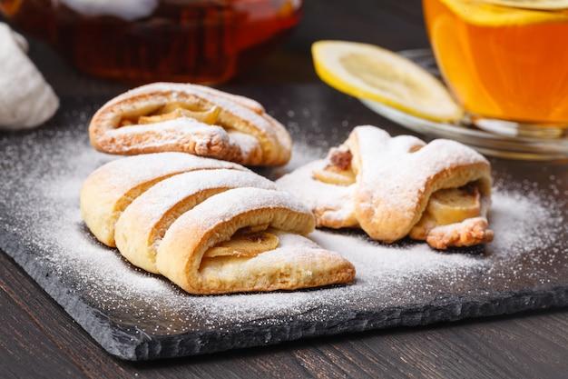 Petit-déjeuner frais élégant: thé au citron et pâtisseries