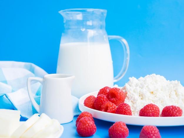 Petit déjeuner avec framboises et produits laitiers