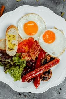 Petit déjeuner frit avec saucisses au bacon et fèves au lard