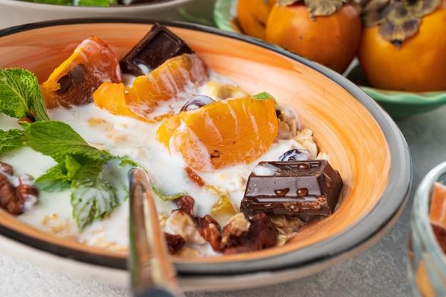 Petit-déjeuner avec fruits et flocons d'avoine.