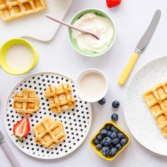 Petit-déjeuner gaufré pour enfants avec crème caillée