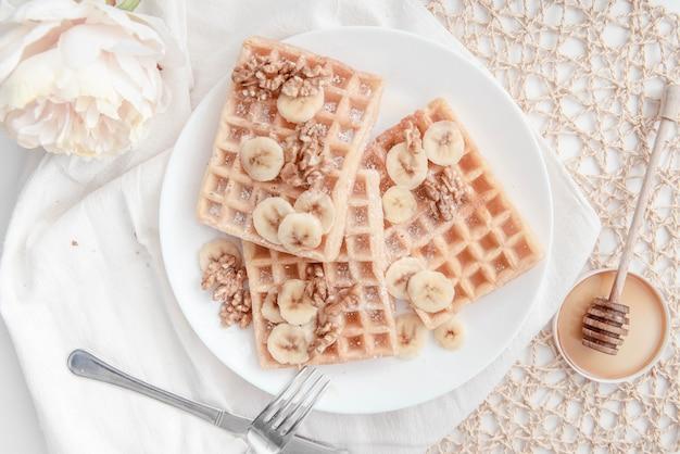 Petit déjeuner gaufres aux bananes et noix