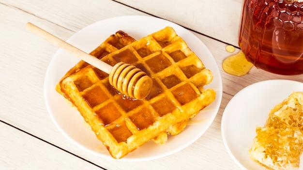 Petit déjeuner avec des gaufres belges et du miel