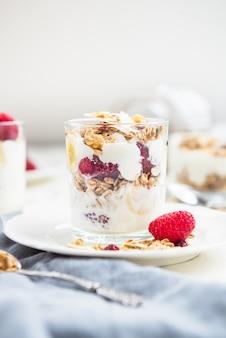 Petit déjeuner granola et yogourt sain et énergisant
