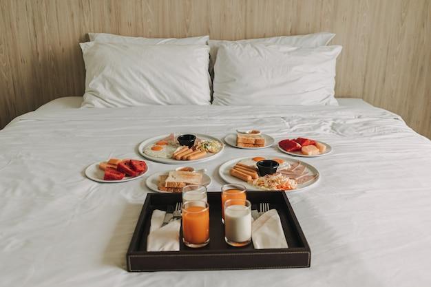Petit déjeuner gratuit à l'hôtel servi sur un lit blanc