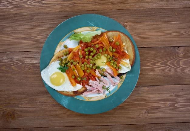 Petit-déjeuner huevos motulenos dans la ville de motul