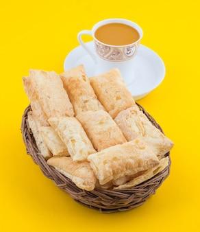 Petit-déjeuner indien à l'heure du thé, servi avec du chai masala chaud indien