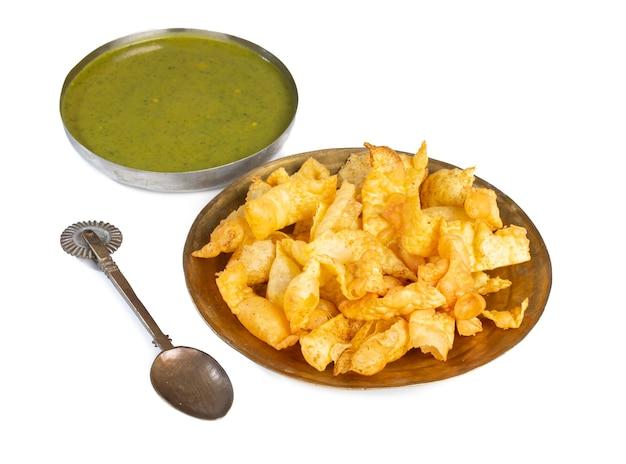 Petit-déjeuner indien sola fali ou masala papri avec chutney vert