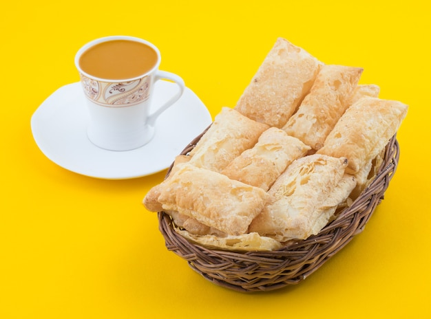 Petit déjeuner indien de thé heure khari sur fond jaune